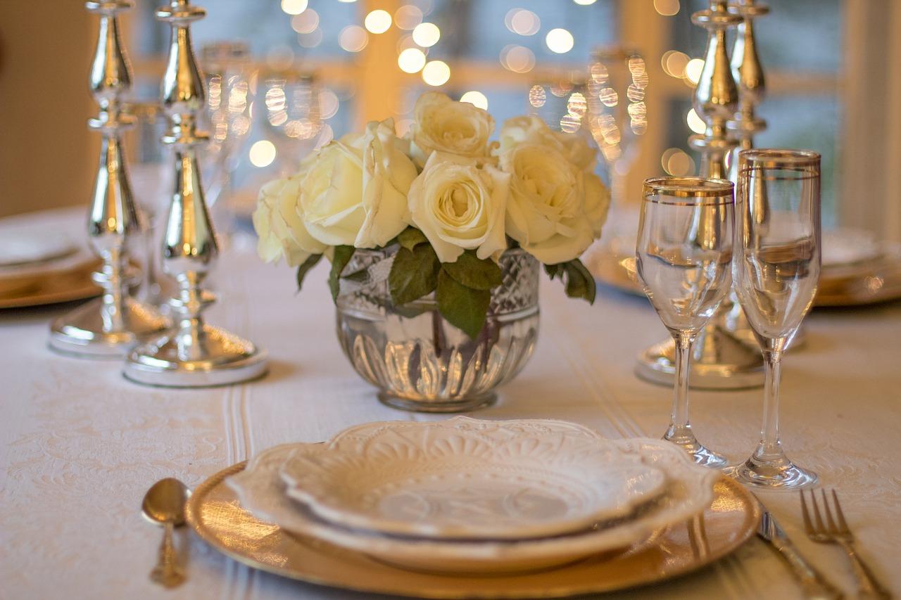 עיצוב מסיבת חתונת הכסף באמצעות חד פעמי יוקרתי