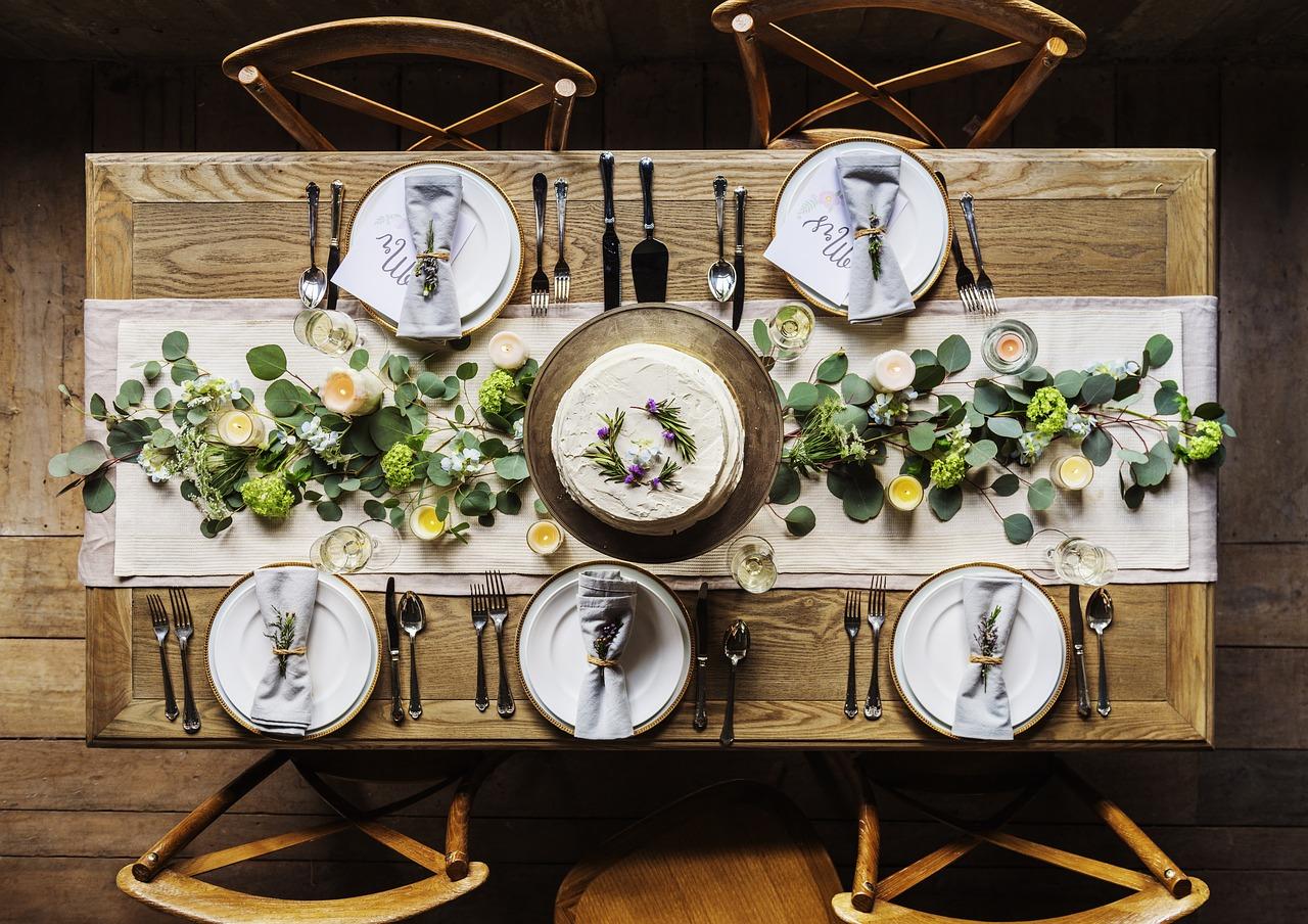 טיפים לעיצוב שולחן חג לראש השנה באמצעות כלים חד פעמיים