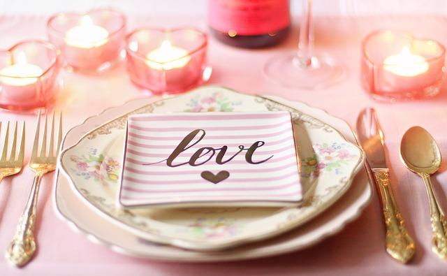 חוגגים טו באב בבית? כך תעצבו שולחן רומנטי באמצעות חד פעמי